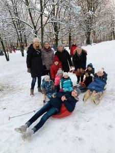 Eltern-Kind-Gruppe beim Schlittenfahren