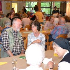 Ruhestandspfarrer Peter Höck im Gespräch mit Besuchern
